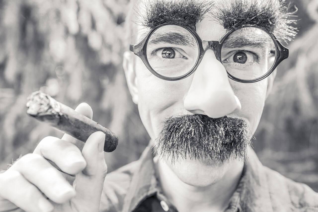 Hoe verzorg je een snor